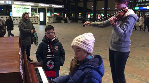 """The 9-year-old girl plays """"Hallelujah"""" at the train ..."""